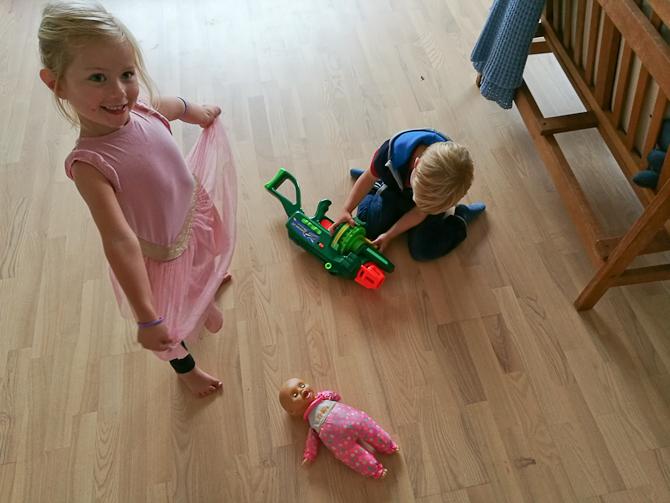 Isabella så til, mens Frederik tilså sin dukke. Eller var det geværet?