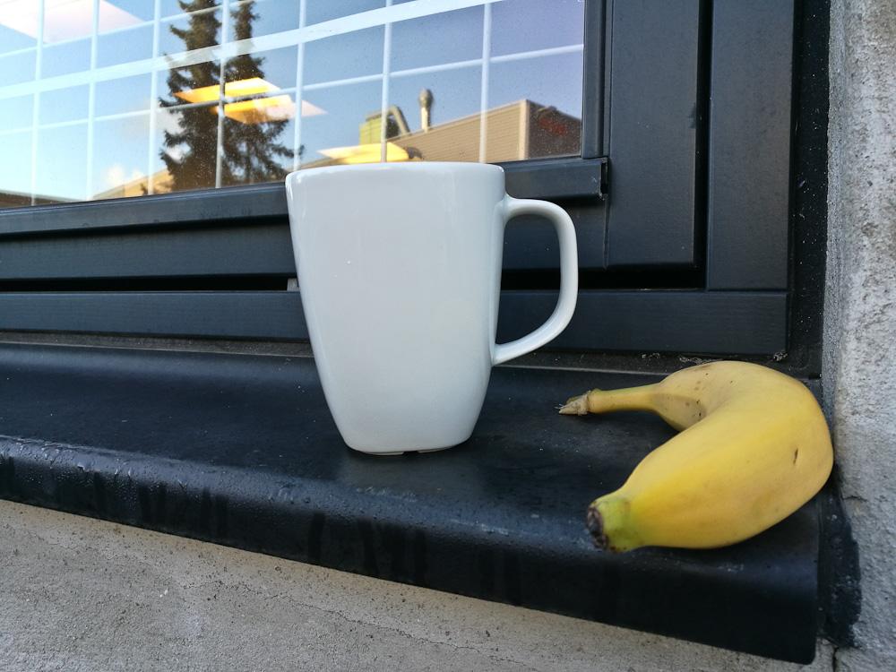 Karmen med kop og frugt