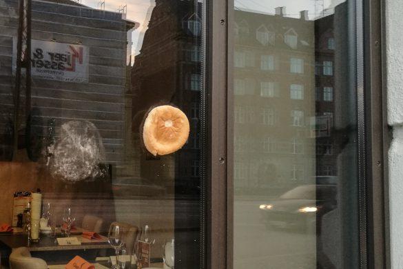 Nogen havde sat en børgerbolle på vinduet