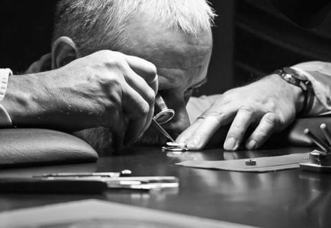 Her er et foto af en urmager, som jeg tog for en del år siden, da jeg var på urmesse i Schweiz. Jeg har ikke noget foto af den venlige mand, som er med i interviewet, men jeg vil love, at de to med garanti har siddet på samme vis.