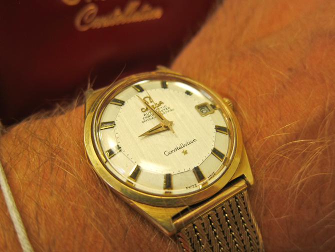 Med boksen i baggrunden og uret på håndledet