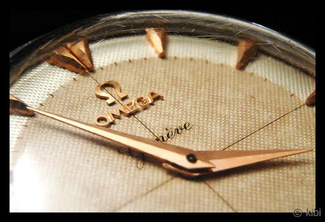 Close-up af en ældre Omega frækkert fra WristChronology...
