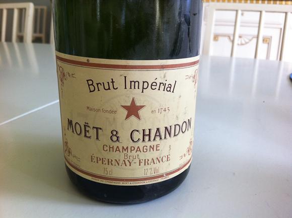 Denne flaske spås til at være fra 1940'erne, men intet er helt sikkert. Der er desuden tale om en non-vintage, som du kan se, men den skulle være drikbar...