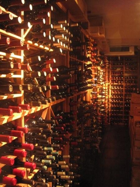 Der er omtrent 700 forskellige vine på kortet. Her er nogle af dem. I kælderen.