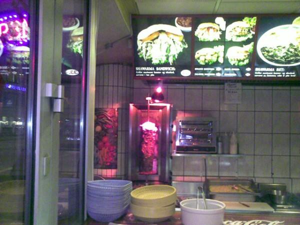 Roterende spyd med herlig shawarma. Ovenover et oplyst bud på nogle af menuens fortræffeligheder.