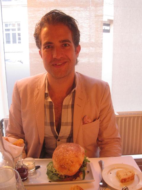 Fjoget smil og foie gras i midten (af burgeren). Foto: Musse